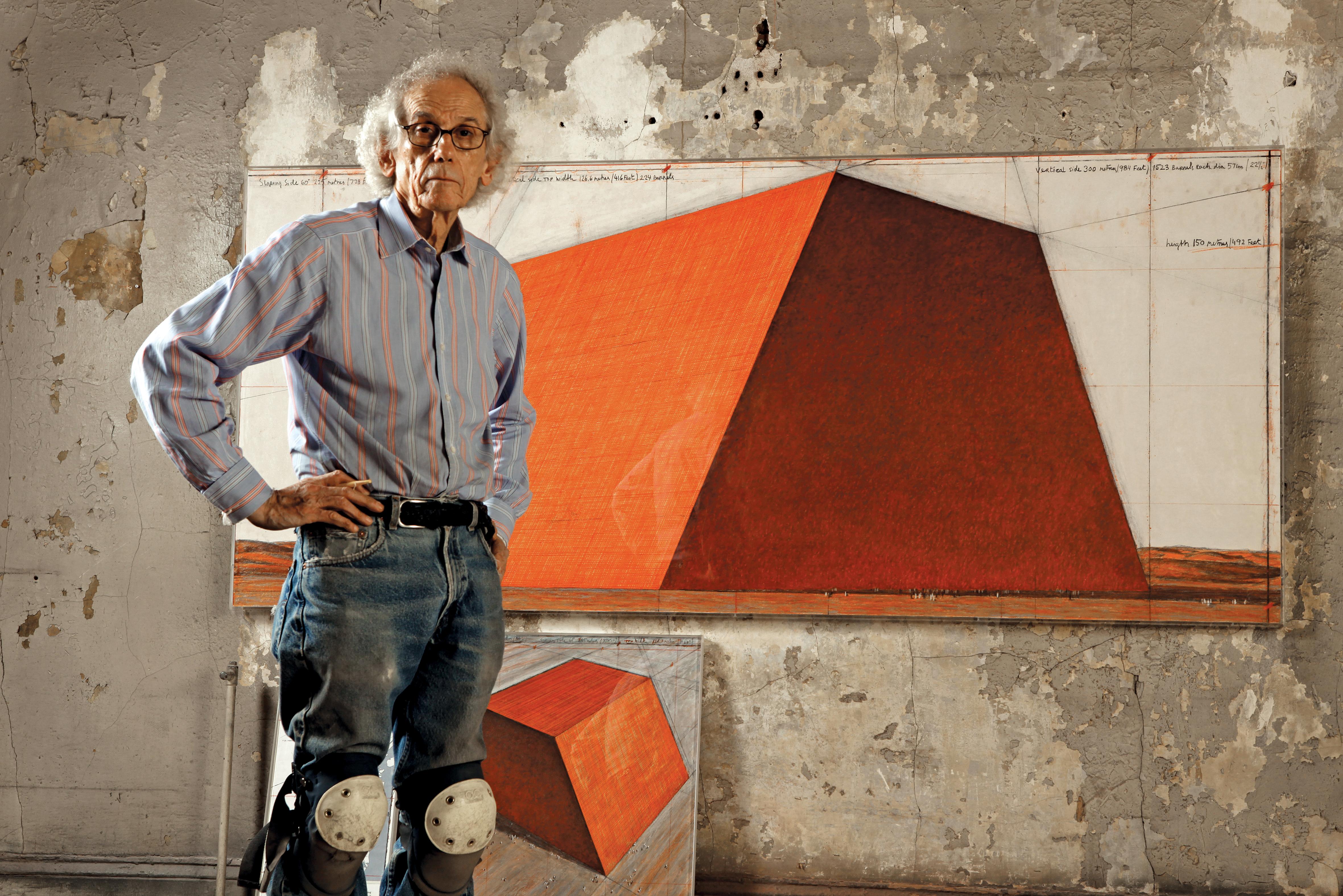 Christo dans son atelier avec un dessin préparatoire pour le Mastaba d'Abu Dhabi en 2012. Photo Wolfgang Volz © 2012 Christo.